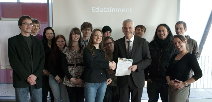 Foto: Überreichung der Zertifikate durch Herrn Heinz Schwind, Geschäftsführer des TZT